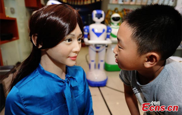Robot shop entertains customers in Central China