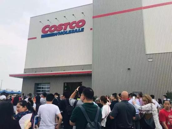 Costco outlet welcomes huge crowds on opening day