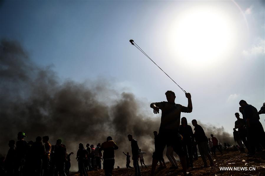tween Palestinian protesters and Israeli troops